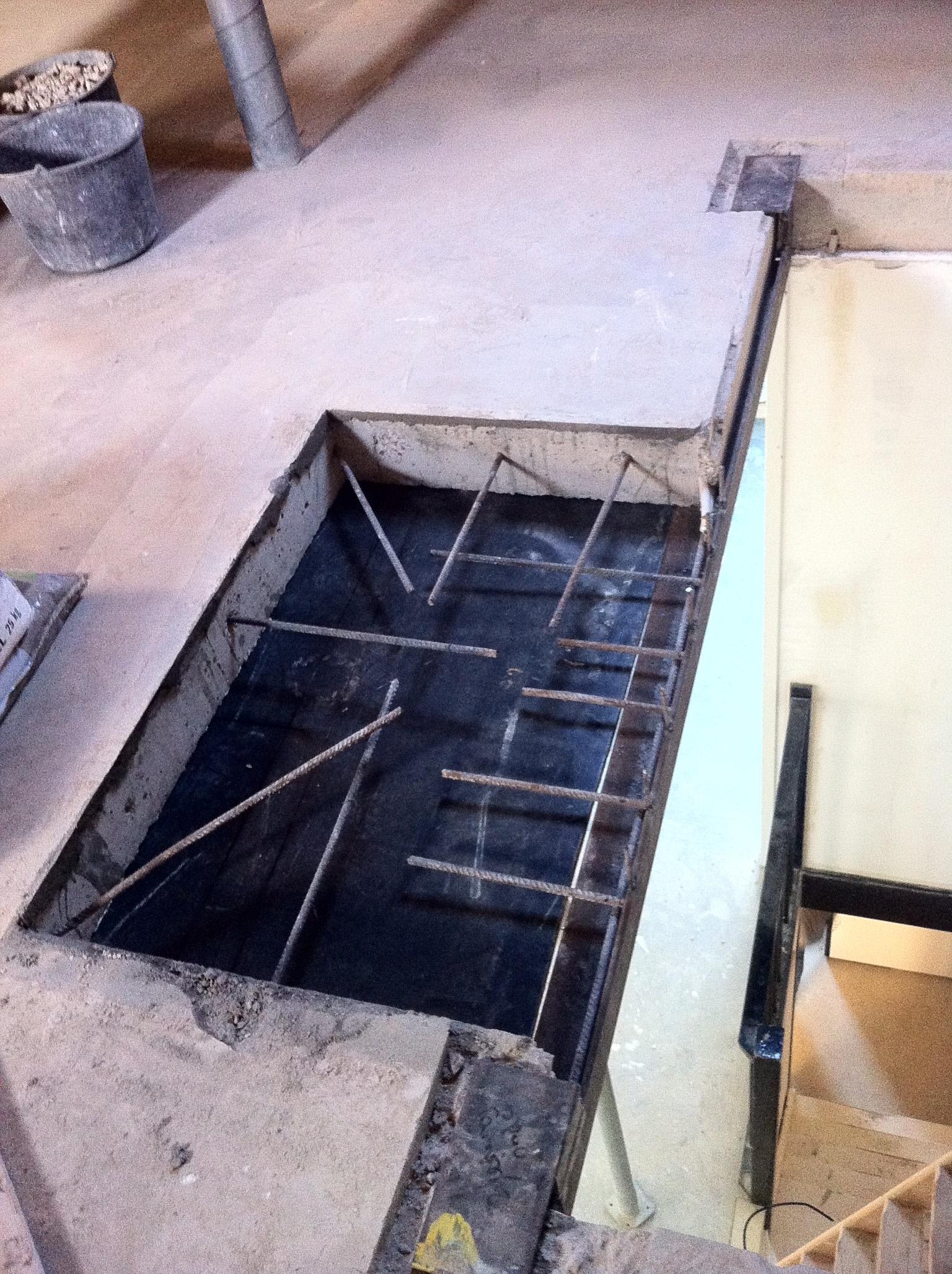 Trapgat in een betonnen vloer met Stalen raveeling